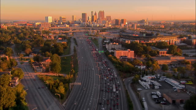 aerial slow traffic on motorway heading into city/ atlanta, georgia - georgia stati uniti meridionali video stock e b–roll