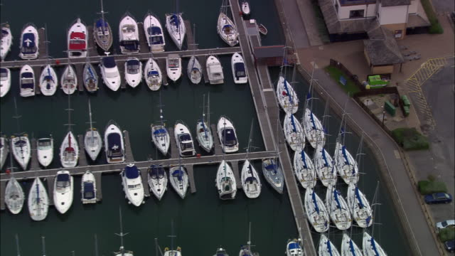 aerial small boats/ zoom out boats in marina/ portsmouth, england - 英国ハンプシャー点の映像素材/bロール