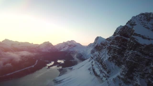 vidéos et rushes de crête de montagne de neige aérienne - empreinte de pas