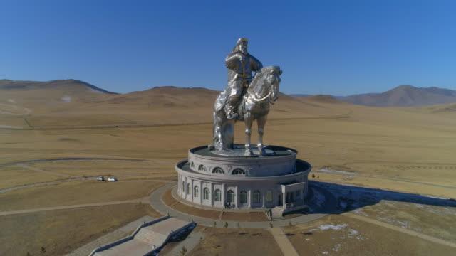 vídeos de stock e filmes b-roll de aerial spin: a tall statue of genghis kahn on top of a museum - ulaanbaatar, mongolia - instrumento de medição