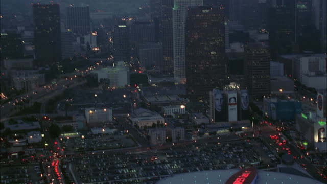vídeos de stock, filmes e b-roll de aerial staples center and parking lot at dusk / tilt up downtown los angeles / california - inclinação para cima