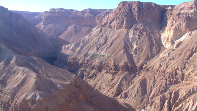 vidéos et rushes de aerial steep sided canyon in the judea desert, israel - étroit