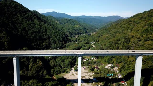 4K Lager Luftaufnahmen der Transport im Auto entlang der gewundenen Berg Passstraße durch den Wald in Sotschi, Russland