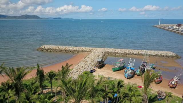 vídeos y material grabado en eventos de stock de aérea. interruptor de onda de piedra en el mar en pattaya, chonburi, tailandia - vista marina