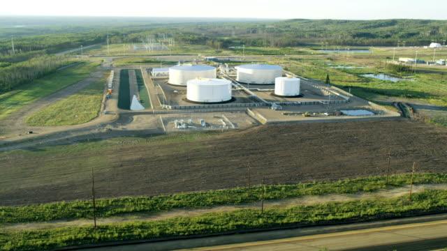 vídeos de stock e filmes b-roll de aerial storage tank depot oil sands fort mcmurray - oleoduto