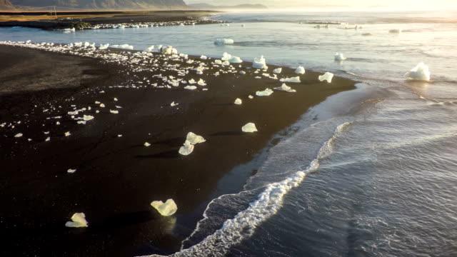 Luftaufnahme der Küste gestrandeten Eisberge auf Island-Jokulsarlon
