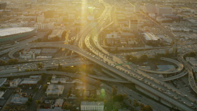 vidéos et rushes de aerial sunrise busy freeway transport system los angeles - comté de los angeles