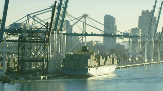 vidéos et rushes de aerial sunrise harbour global container shipping port florida - biscayne bay
