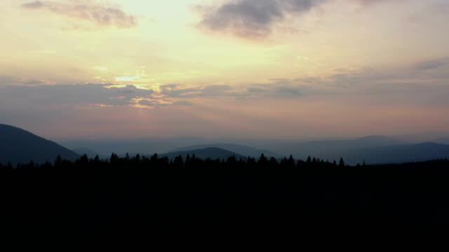 vidéos et rushes de lever de soleil aérien - hill