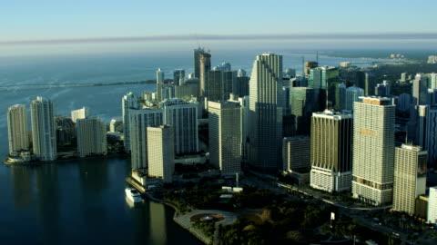 vídeos y material grabado en eventos de stock de aerial sunrise view bayfront park downtown skyscrapers miami - miami