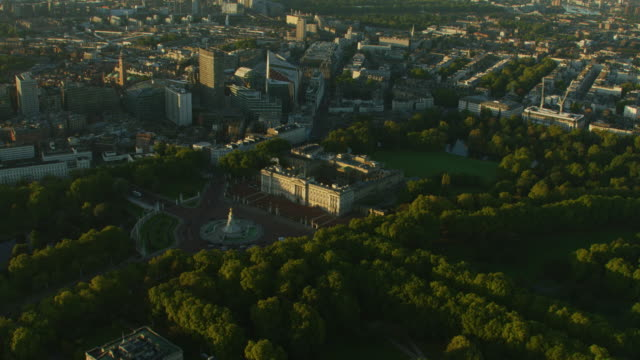 aerial sunrise view buckingham palace and gardens london - バッキンガム宮殿点の映像素材/bロール