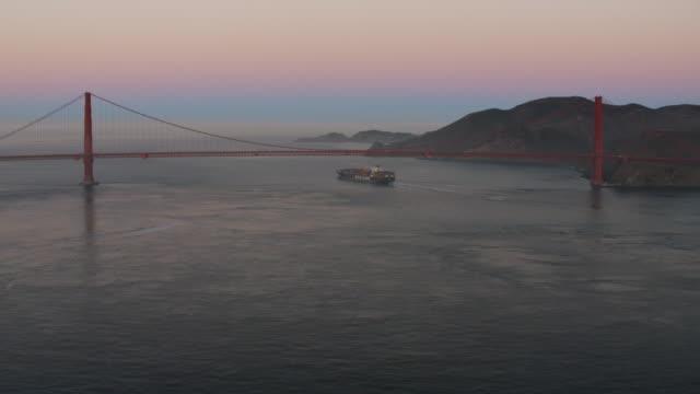 stockvideo's en b-roll-footage met aerial sunrise view golden gate bridge san francisco - hangbrug