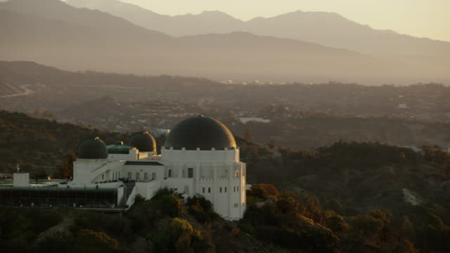 aerial sunrise view griffith park observatory los angeles - 丸屋根点の映像素材/bロール