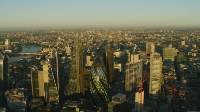 aerial sunrise view london city landmarks river thames - stadtansicht stock-videos und b-roll-filmmaterial