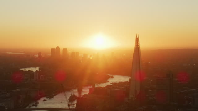 vídeos de stock e filmes b-roll de aerial sunrise view london skyline with sun flare - manhã