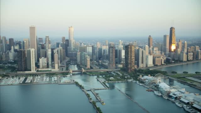 vidéos et rushes de aerial sunrise view of chicago waterfront navy pier - tour sears