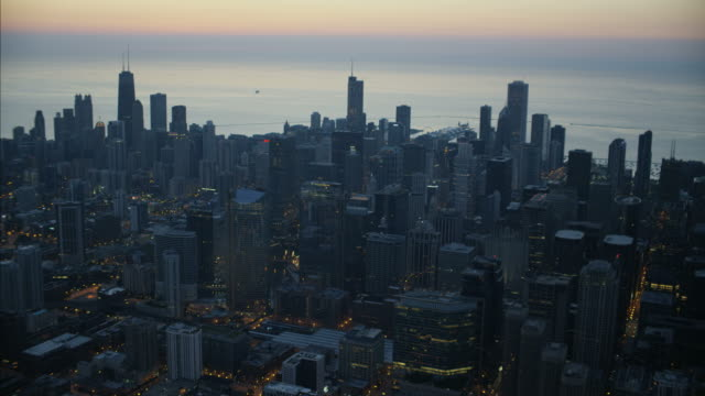 aerial sunrise view of downtown city skyscrapers chicago - traffic点の映像素材/bロール
