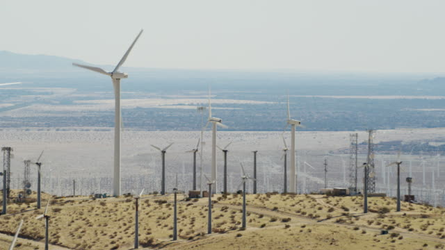 vídeos de stock, filmes e b-roll de aerial sunrise view palm springs wind turbine farm - gerador