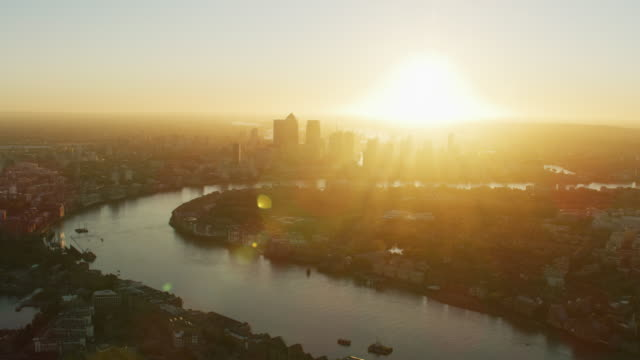 aerial sunrise view river thames canary wharf london - fluss themse stock-videos und b-roll-filmmaterial