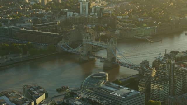 aerial sunrise view tower bridge river thames london - 跳開橋点の映像素材/bロール