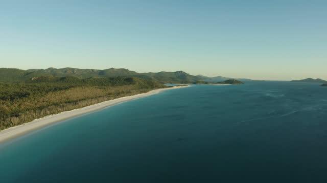 vidéos et rushes de aerial sunrise view whitehaven beach great barrier reef - être ancré