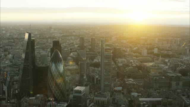 vídeos y material grabado en eventos de stock de aerial sunset cityscape skyscraper view of london uk - ciudad de londres