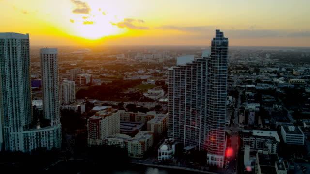 vidéos et rushes de aerial sunset downtown city financial district skyscrapers miami - biscayne bay