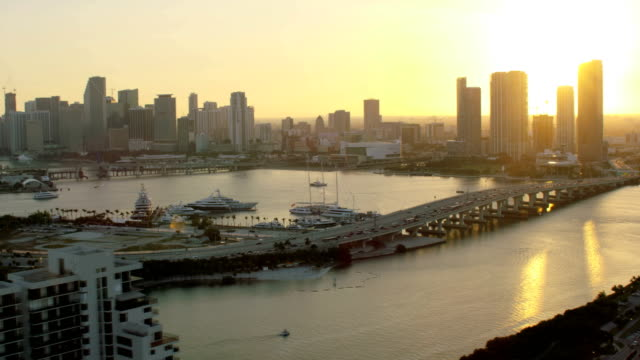 stockvideo's en b-roll-footage met aerial sunset macarthur causeway bayside bridge skyscrapers florida - macarthur causeway bridge