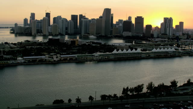 aerial sunset mcarthur causeway bridge cruise terminal miami - biscayne bay stock-videos und b-roll-filmmaterial