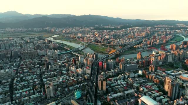 台北、台湾台北ゲート ブリッジ上のトラフィックの空中日没ショット - taipei点の映像素材/bロール