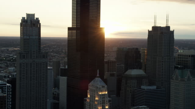 aerial sunset silhouette of willis tower chicago - sears tower stock-videos und b-roll-filmmaterial