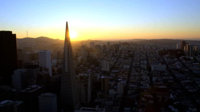 aerial sunset view city skyscrapers san francisco usa - カリフォルニア州 サンフランシスコ点の映像素材/bロール