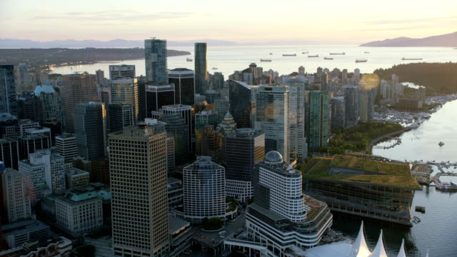 vídeos de stock, filmes e b-roll de aerial sunset view downtown vancouver british columbia canada - vancouver