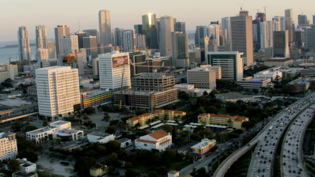 aerial sunset view highway 95 commuter traffic miami - マイアミ点の映像素材/bロール