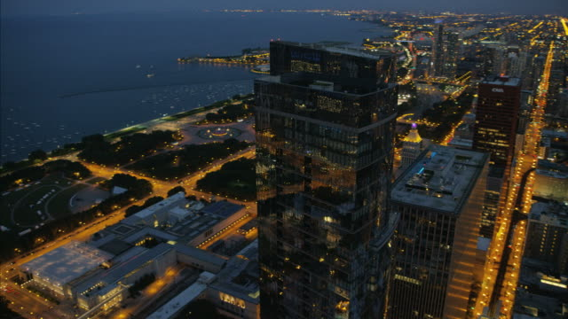 aerial sunset view millennium park lake michigan chicago - sears tower stock-videos und b-roll-filmmaterial
