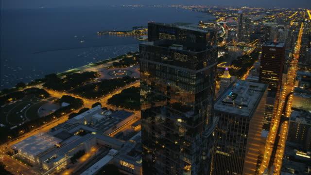 vidéos et rushes de aerial sunset view millennium park lake michigan chicago - tour sears
