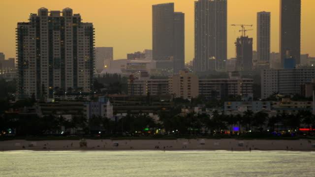 aerial sunset view ocean drive condominium resort miami - オーシャンドライブ点の映像素材/bロール