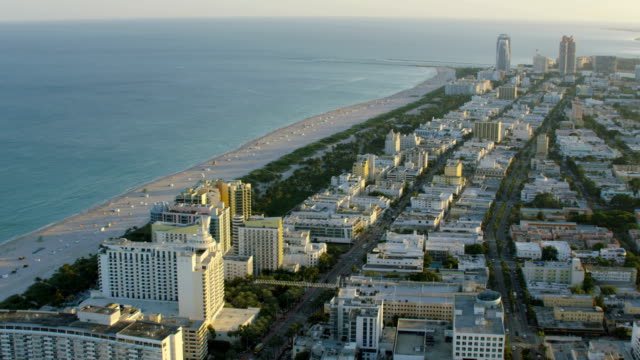 aerial sunset view of art deco hotels miami - オーシャンドライブ点の映像素材/bロール