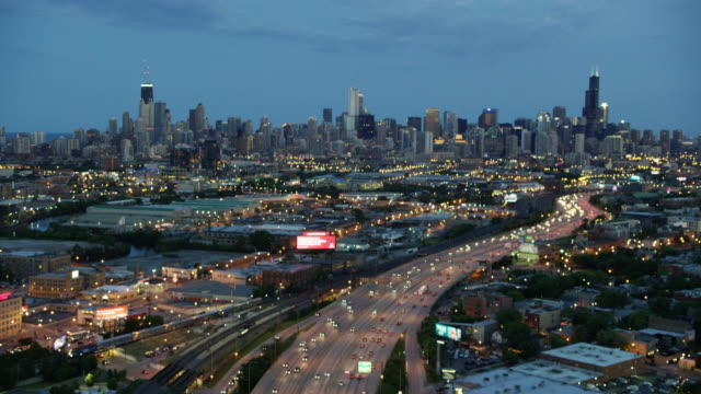 aerial sunset view of busy freeway traffic chicago - fernverkehr stock-videos und b-roll-filmmaterial