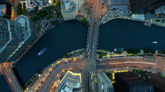 vidéos et rushes de aerial sunset view of chicago city freeways and canals - chicago