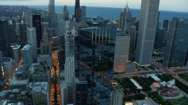 vídeos de stock e filmes b-roll de aerial sunset view of chicago millennium park - casa de jardim