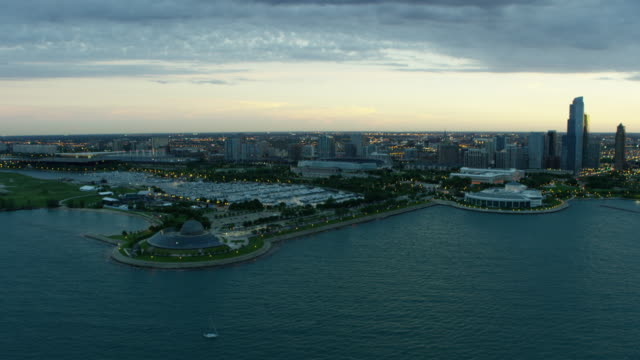 vídeos de stock e filmes b-roll de aerial sunset view of chicago planetarium and aquarium - aquário john g shedd