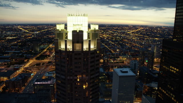 aerial sunset view of downtown city skyscrapers chicago - sears tower stock-videos und b-roll-filmmaterial
