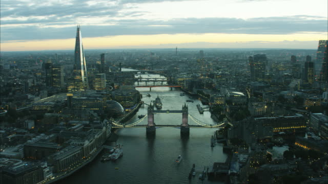 vídeos de stock, filmes e b-roll de aerial sunset view of the river thames london - silhueta urbana