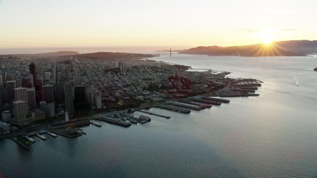 vídeos de stock, filmes e b-roll de aerial sunset view port san francisco skyscrapers covid19 - baía