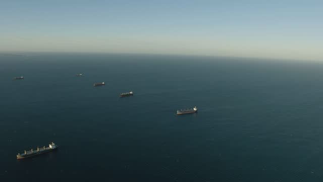 aerial sunset view super tankers anchored offshore perth - フリーマントル点の映像素材/bロール