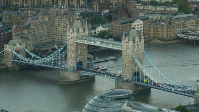 aerial sunset view tower bridge commuter traffic london - 跳開橋点の映像素材/bロール