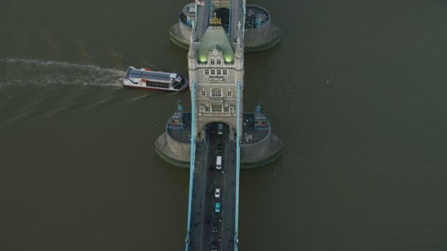 aerial sunset view tower bridge river thames london - 跳開橋点の映像素材/bロール