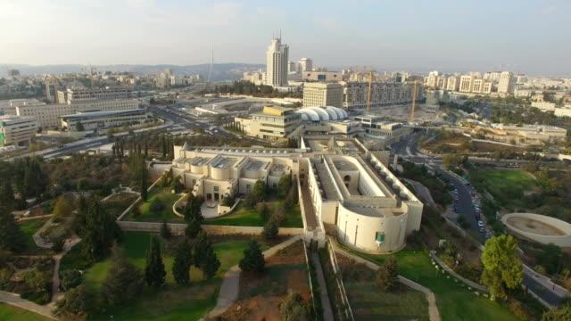 aerial /supreme court building  ,jerusalem - corte suprema palazzo di giustizia video stock e b–roll