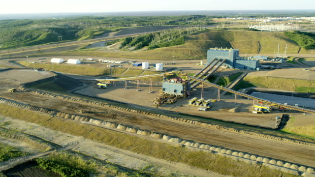 vídeos de stock, filmes e b-roll de aerial surface mining athabasca oil sands fort mcmurray - alberta